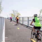 Une piste cyclable qui passe du pont au beau milieu du fleuve