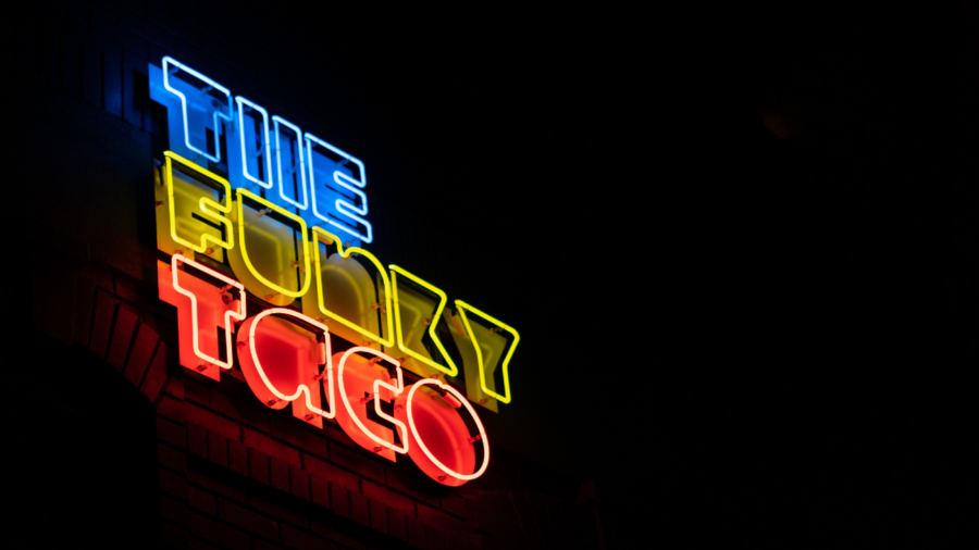Un burger fusion aux saveurs de tacos et de pizza