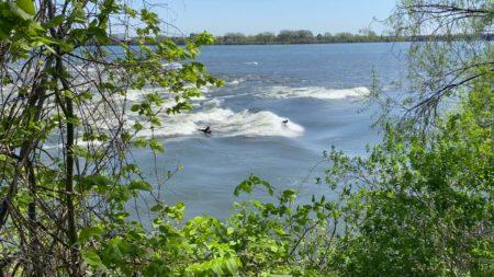 Apprenez à surfer en plein cœur de la Montréal derrière Habitat 67